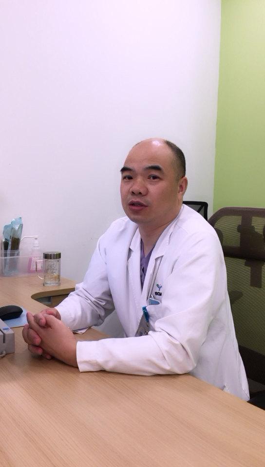 小儿疝气常见的临床表现,在腹股沟区可以见看隆起的肿块。