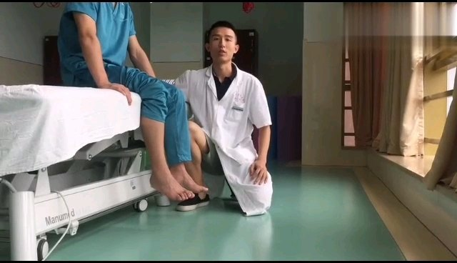 适用静脉曲张及血栓的患者:足部背伸(用力伸直脚背)和跖曲(用力勾脚背脚趾)有利于减轻下肢酸胀。